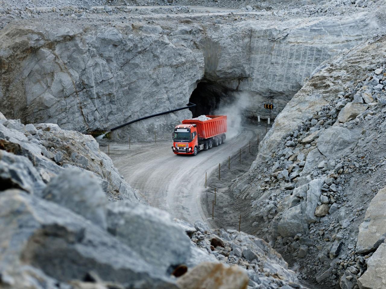 Un Volvo FH complet autonom aflat în activitate la mina de calcar Brønnøy din Norvegia